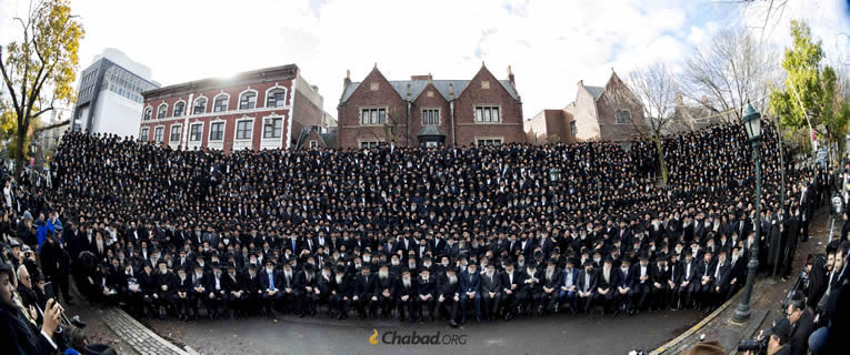The 5778 group photo of thousands of Chabad rabbis gathered for the annual International Conference of Chabad-Lubavitch Emissaries, the Kinus Hashluchim. (Photo: Chaim Perl)