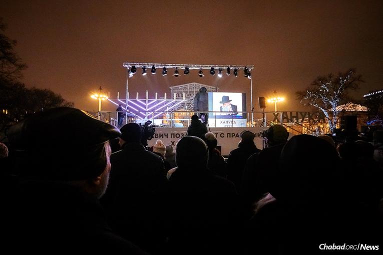 Rav Berel Lazar, grand rabbin de Russie, dirige l'allumage de la Ménorah de 'Hanouka suivi d'un concert sur la Place de la Révolution à Moscou, non loin du Kremlin, mardi 12 décembre dernier, le premier des 8 soirs de 'Hanouka.