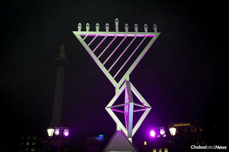 C'est la dixième année que la Ménorah géante se dresse au Trafalgar Square de Londres, organisée par 'Habad, le Jewish Leadership Council et le London Jewish Forum, et soutenue par la municipalité de Londres. La voici le mardi 12 décembre dernier, le premier des 8 soirs de 'Hanouka. (Photo : Mayor's Press Office of London)