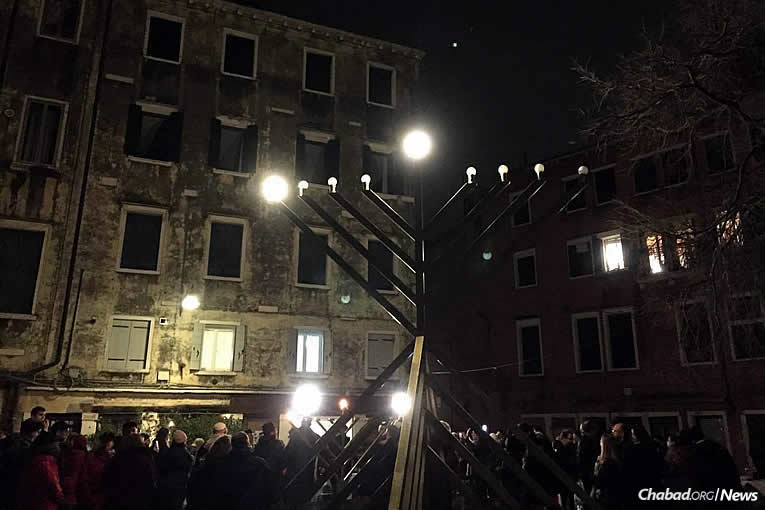 Des centaines de personnes se sont rassemblés à la cérémonie d'allumage public organisée par le centre 'Habad-Loubavitch au Campo di Ghetto Nuovo à Venise, en Italie, mardi 12 décembre, le premier des 8 soirs de 'Hanouka.