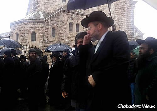 The crowd of people who attended the funeral in Jerusalem included Rabbi David Lau, the Ashkenazi Chief Rabbi of Israel.