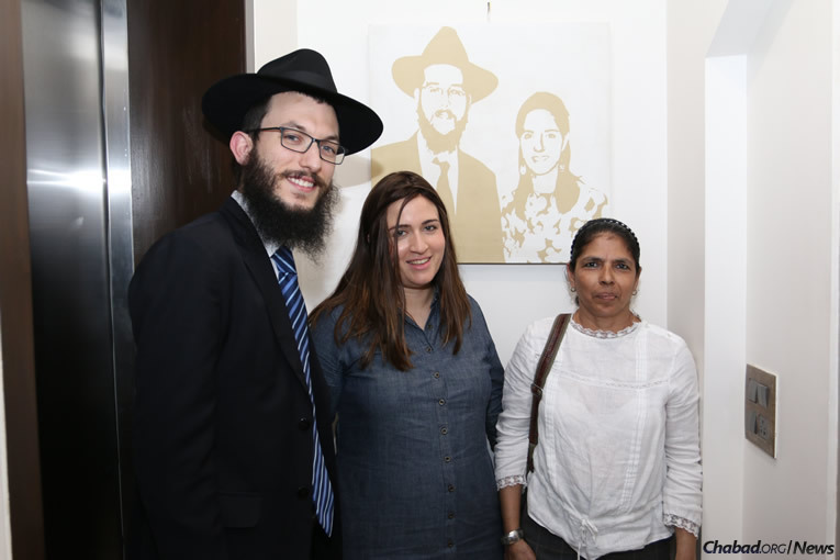 Rabbi Israel and Chaya Kozlovsky, co-directors of Chabad-Lubavitch of Mumbai, with Samuel. (Photo: Chabad of Mumbai/Chabad.org)