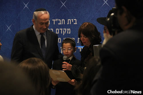 Moshe presents a gift to the Israeli premier. (Photo: Chabad of Mumbai/Chabad.org)