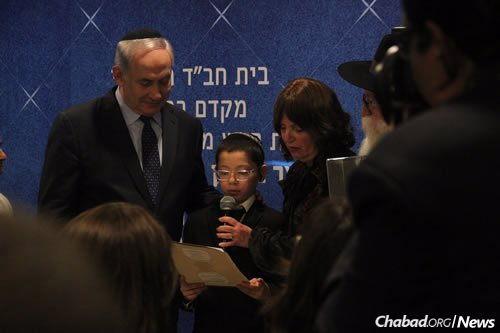 Moshe presents a gift to the Israeli premier. (Photo: Chabad of Mumbai/Chabad.org)