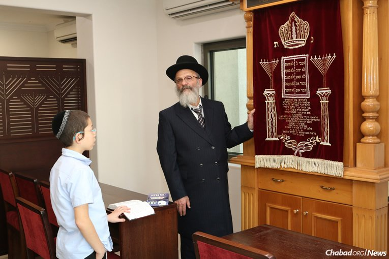 Moshe in the synagogue with his paternal grandfather, Rabbi Nachman Holtzberg. (Photo: Chabad of Mumbai/Chabad.org)