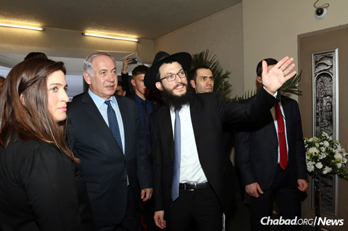 Rabbi Israel and Chaya Kozlovsky, co-directors of Chabad-Lubavitch of Mumbai, welcome Israeli Prime Minister Benjamin Netanyahu to Chabad (Nariman) House in Mumbai, India. (Photo: Chabad of Mumbai/Chabad.org)