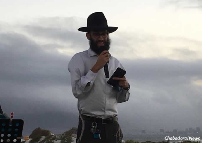 Rabbi Avi Shlomo also directs the group to pray for the blessing of fresh water.