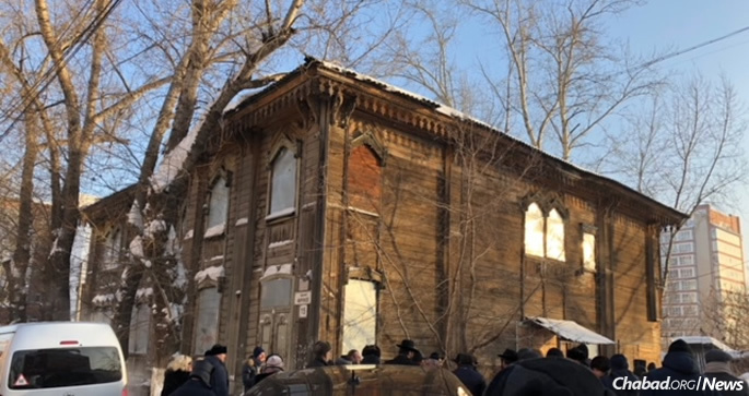 Despite the sub-zero Siberian temperature, some 150 Jewish community members and dignitaries gathered at the Soldiers' Synagogue for the ceremony.
