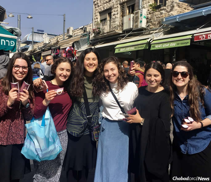 At the Mahane Yehuda outdoor market, students from the Mayanot Institute of Jewish Studies in Jerusalem inspired more than 150 girls and women to light Shabbat candles. (File photo)