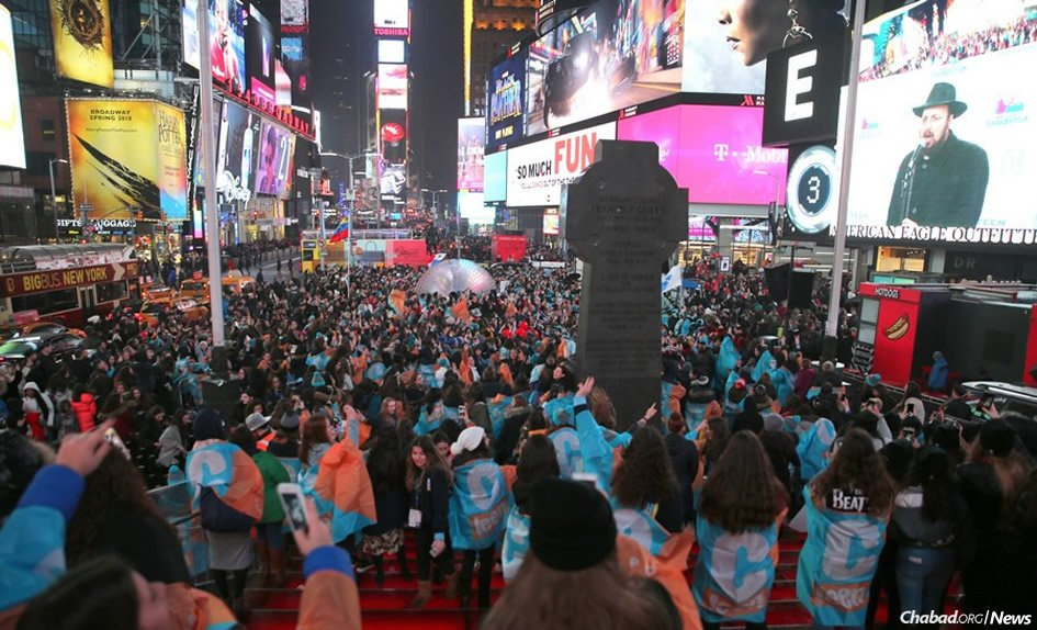 More than 2,500 teens from 436 cities worldwide, in New York for the 10th annual Cteen Shabbaton, gathered in Times Square on Saturday night. (Photo: Itzik Roytman/Cteen)