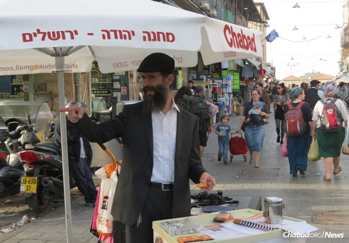 Rabbi Tzvi Ruderman manages the stand six days a week throughout the year. (Photo: Phreddy Wischusen)