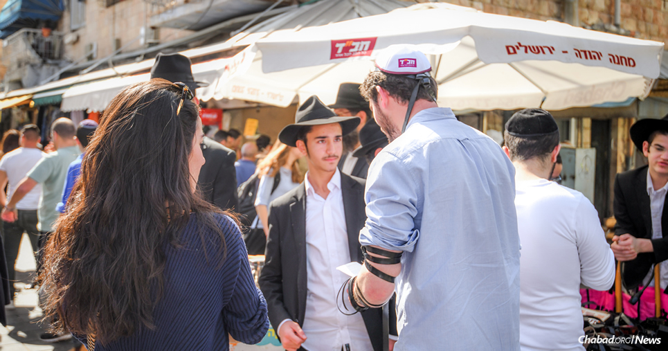 The tefillin stand in the center of the Machane Yehuda open-air market in Jerusalem is one of the smallest yet busiest Chabad centers in the world. (Photo: Aviad Tevel/Chabad.org)