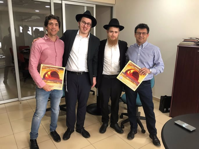 Distributing matzah before the holiday