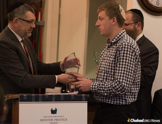 Dr. Yohanan Petrovsky-Shtern, professor of Jewish Studies and History at Northwestern University, presented the first-prize award to Benjamin Ezzes