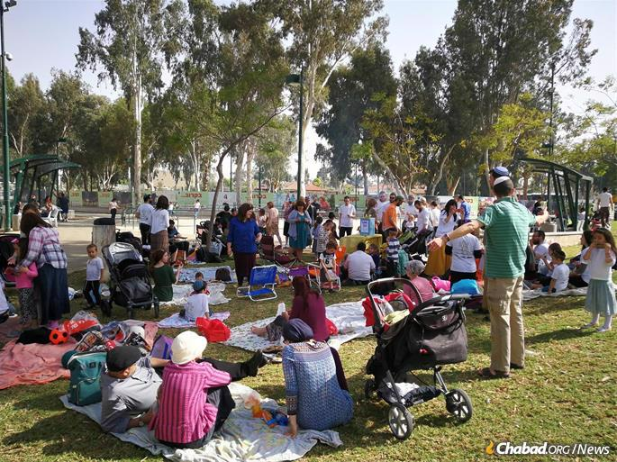 The group recently hosted more than 150 English-speaking residents of Israel to a picnic in Beersheva.