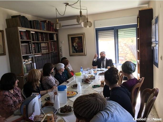 Rabbi Chaim Kaplan gives a class in honor of his father's yartzeit. (Photo: Jodi Sugar)