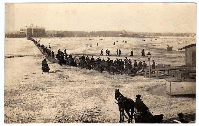 Traffic crossing the frozen Daugava River in Riga, Latvia, 1900-1918. Photo: Wikimedia Commons.