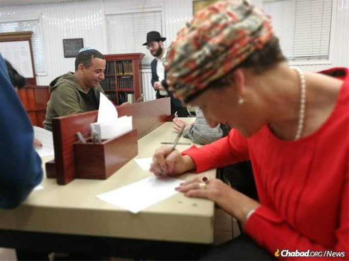 Les invités écrivent des lettres demandant des bénédictions d'en haut.