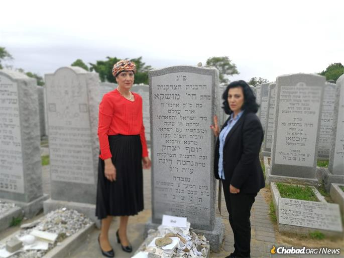 Shuli Mualem-Refaeli and Nurit Koren at the resting place of Rebbetzin Chaya Mushka Schneerson, of righteous memory.