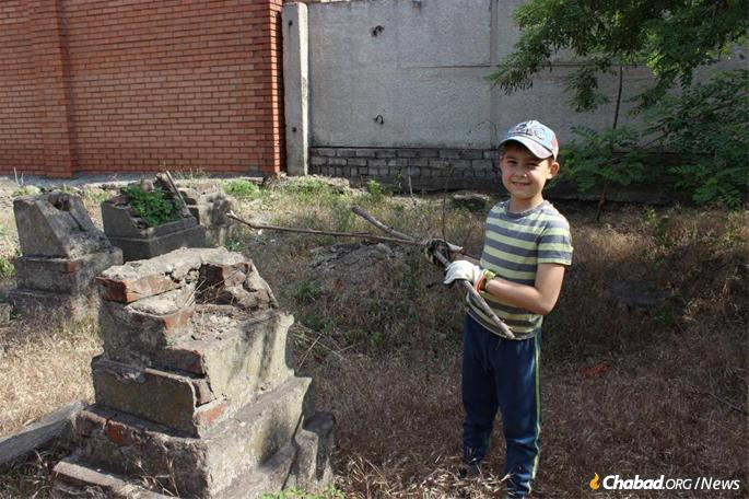 Sprucing up the sacred grounds is an opportunity to teach young Ukranian Jews about their heritage.