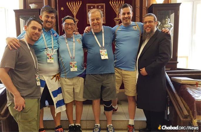 Rabbi Shlomo Deutch with visitors in the Samara synagogue.