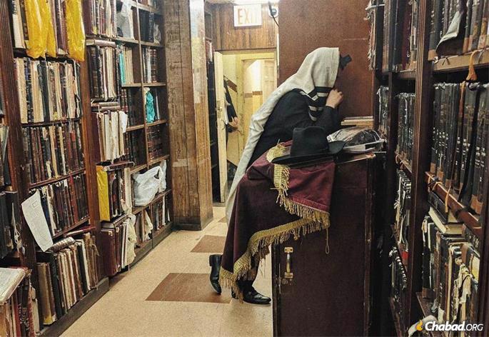 A Hasid in introspective prayer © Mordechai Lightstone