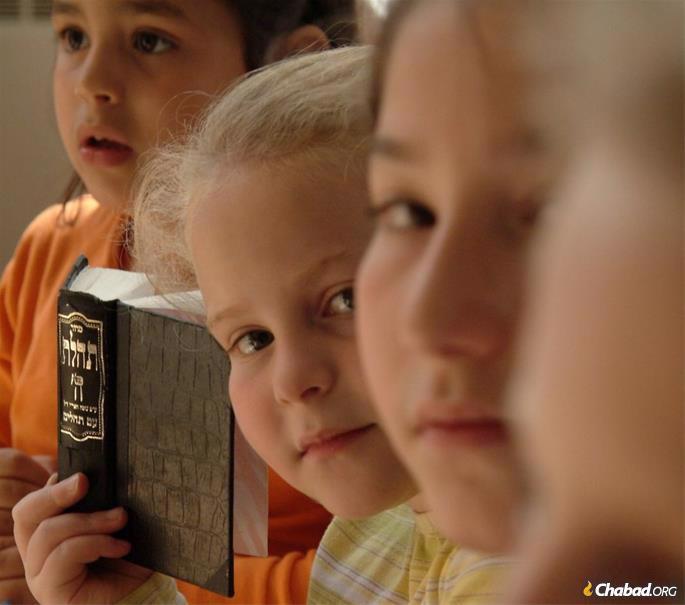 Hasidic girls during prayer © Mushka Lightstone