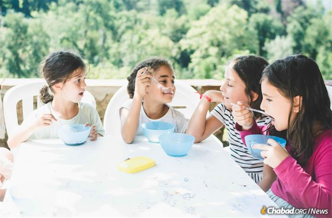 Far from being the sub-par fare of many camp experiences, the menu at Villa Bozio includes ragu with pasta; fresh focaccia; and olives, tomatoes and grapes that have grown on the sloping property for centuries. (Photo: Batsheva Helena Goldreich for Chabad.org)