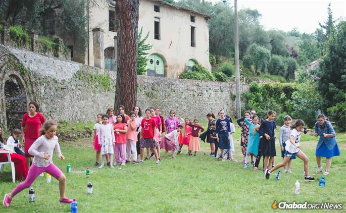 Color War at Camaiore is much the same as it would be at a camp anywhere else, just in a Tuscan villa. (Photo: Batsheva Helena Goldreich for Chabad.org)