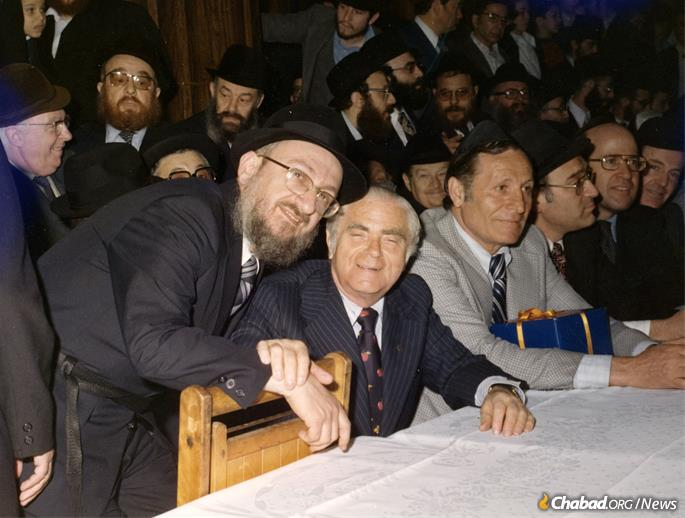 Fogelman with Beame at the Rebbe's farbrengen gathering in the Crown Heights neighborhood of Brooklyn. (Photo: Fogelman family collection)