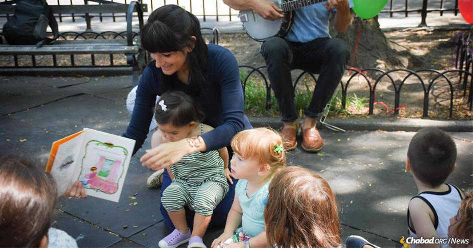 YoShaba Shaba program, which takes place every Thursday at 10 a.m. and noon, draws between 20 and 40 kids each week to Brooklyn Heights parks. The four-year-old program involves singing, dancing, music, storytime, challah and grape juice. Above, Sheli Man-Steinberg has coordinated the weekly event for the past two-and-a-half years.