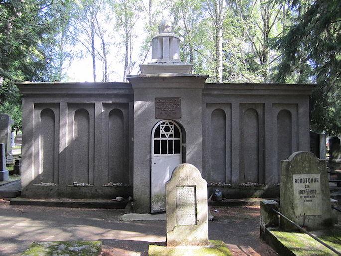 A placa acima da entrada do túmulo do Gaon de Vilna afirma que os restos mortais de Avraham, o Justo Convertido, estão enterrados ali também (Chaim, Wiki Commons).