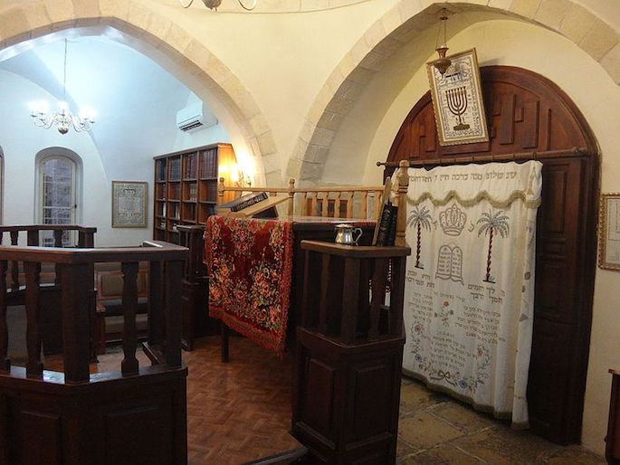 The refurbished interior of the Avraham Avinu synagogue in Hebron. (Photo: Wikimedia)