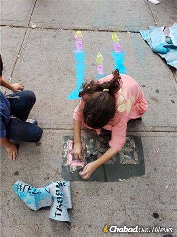 The organization supplies weekly chalk and candle-lighting kits to volunteers, who share the message at subway stations, museums, tourist spots and schools.