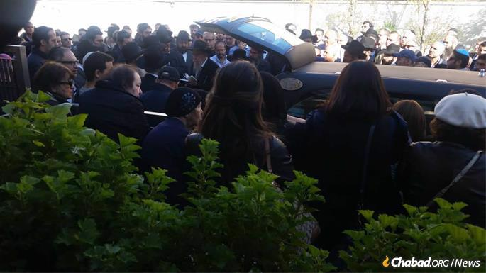 Hundreds turned out for the beloved rabbi's funeral in Milan.