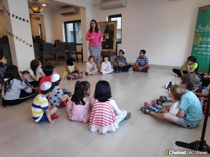 Chaya Kozlovsky with students of Jewish Academy of Mumbai