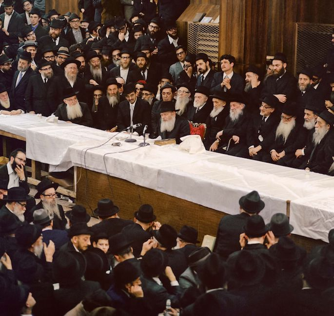 The Rebbe leading a farbrengen (Photo: Jem/The Living Archive)