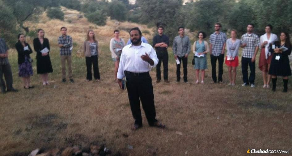 Rabbi Binyamin Murray, Chabad emissary at Vermont's prestigious Middlebury College, was inspired as a college student by the self-sacrifice in life and death of Rabbi Gabi and Rivky Holtzberg. Seen here leading a 2012 Birthright Israel trip.