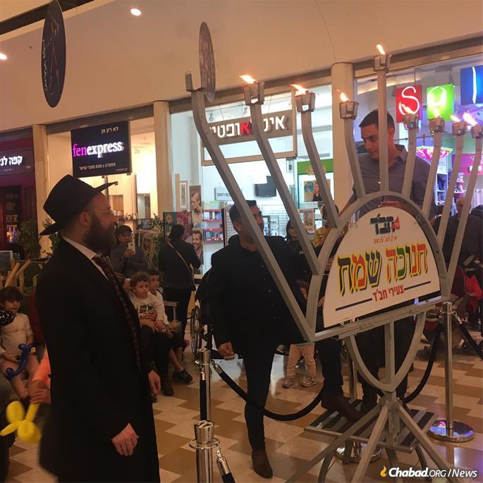 Rabbi Boruch Slonim leading the menorah-lighting last year at the upscale Azrieli mall in Modi'in.