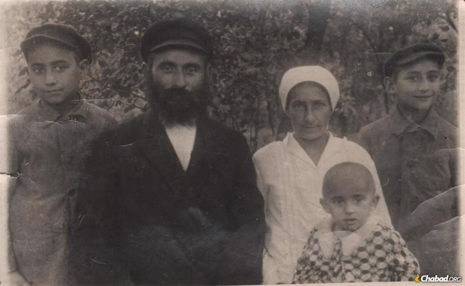 L-R: Yitzchak Gansburg, R' Yosef Gansburg, Hinda Gansburg, Sholom Ber Gansburg, and the baby Chaya, all of Haditch. R' Yosef was a dedicated Lubavitcher Chassid who also cared for the burial place of Rabbi Schneur Zalman of Liadi, the founder of the Chabad-Lubavitch movement. They were all killed by the Nazis in 1940–41.