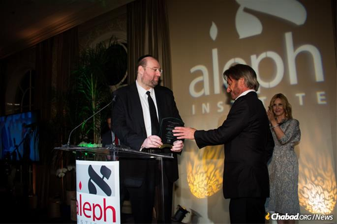 Philanthropist Shlomo Rechnitz presents actor Sean Penn with an award in appreciation of his work getting Brooklyn businessman Jacob Ostreicher out of his unjust imprisonment in Bolivia.