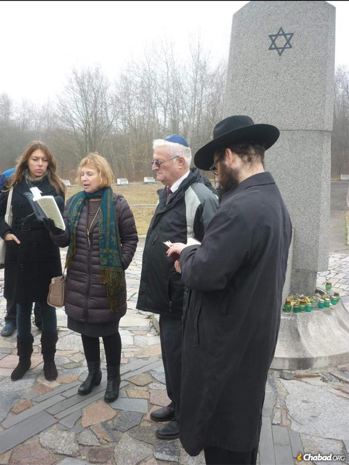 Oz-Salzberger reads at a memorial for the murdered Jews of Rovna.