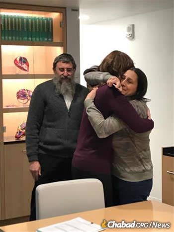 Nechamy Simon and Stefanie Levitz embrace a few days before the surgery.