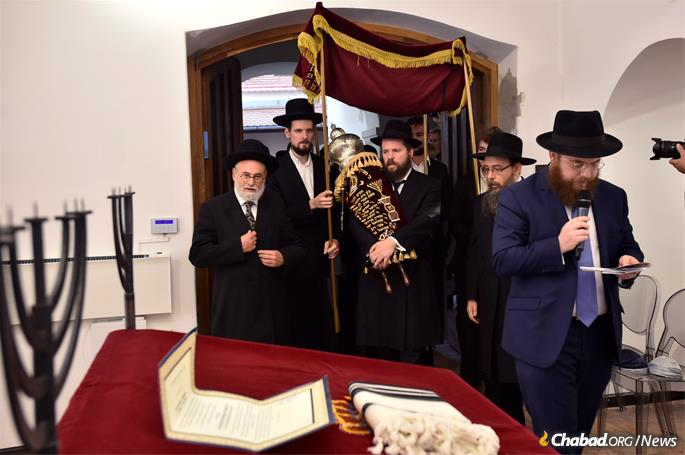 Rabbi Köves leads the procession as Rabbi Faith carries in the new Torah scroll, flanked by Rabbis Oberlander and Jacobs.