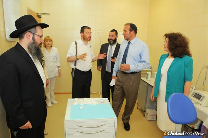 Eckstein receives a tour of the Shaarei Tzedek Social Services Center in Moscow.