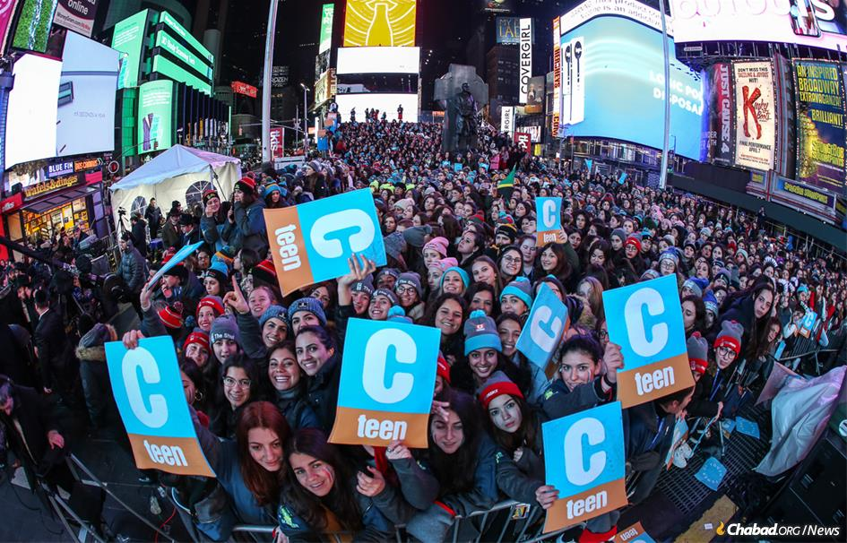 Thousands of Jewish Teens Energize Times Square - A rousing Havdalah