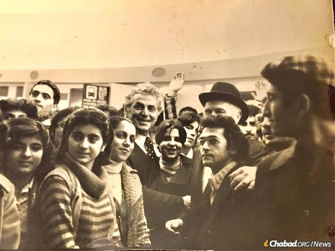 A new group of arrivals from London in the summer of 1980. Rabbi J.J. Hecht can be seen, second from the right, partially obscured by Moshe Chayempour, an Iranian Jew who played an instrumental role in Operation Exodus. (Photo: Courtesy of Moshe Chayempour)