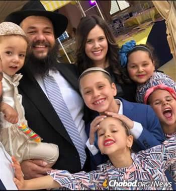 Rabbi Levi and Chana Banon with their children