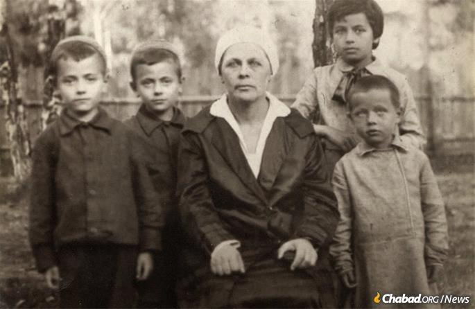 Bluma Kesselman sourrounded by her family. Berel and Velvel, the twins, are on the left.