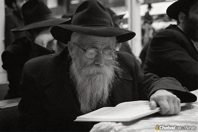 Reb Velvel learning at 770 Eastern Parkway in Brooklyn, where he visited as often as he could.